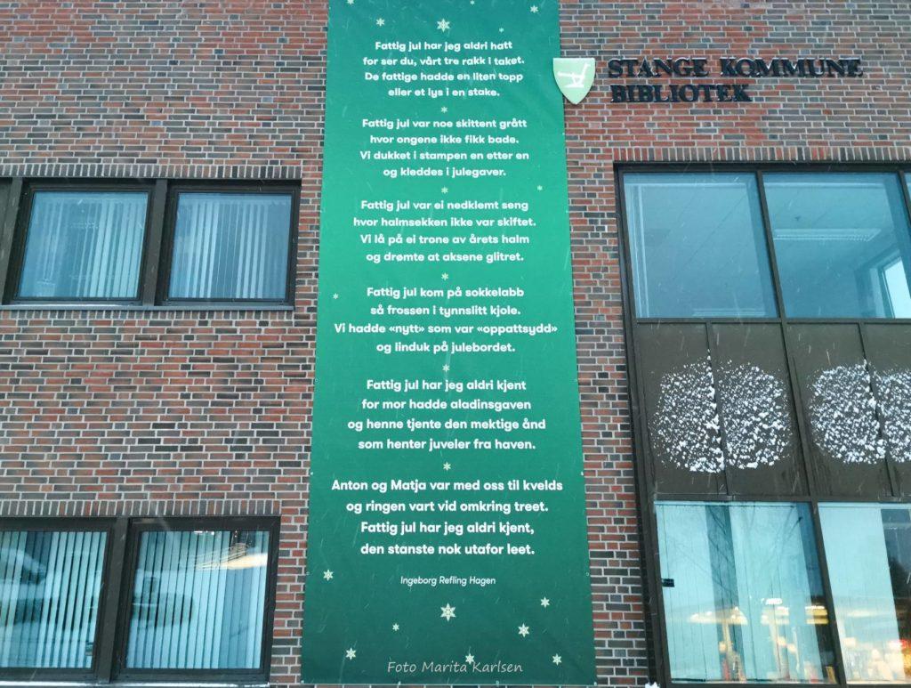 """Bilde av banneret med diktet """"Fattig jul"""" hengende på biblioteket på Stange"""